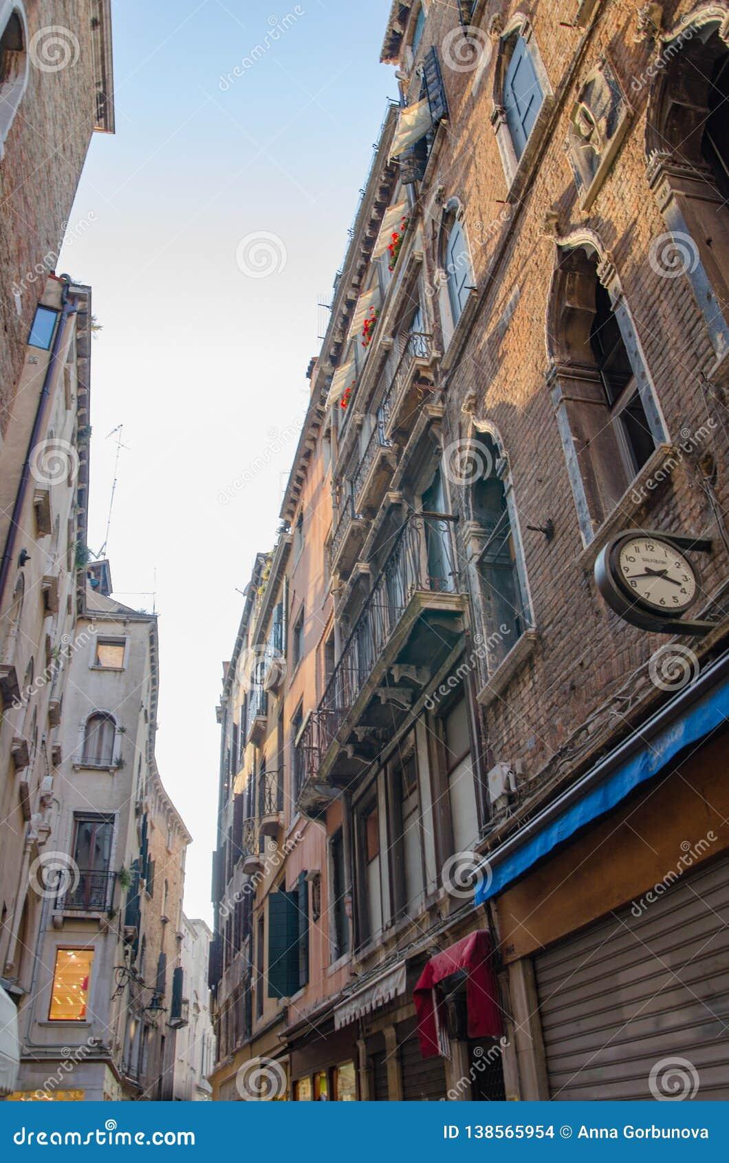 Schmaler Weg zwischen Altbauten in Venedig