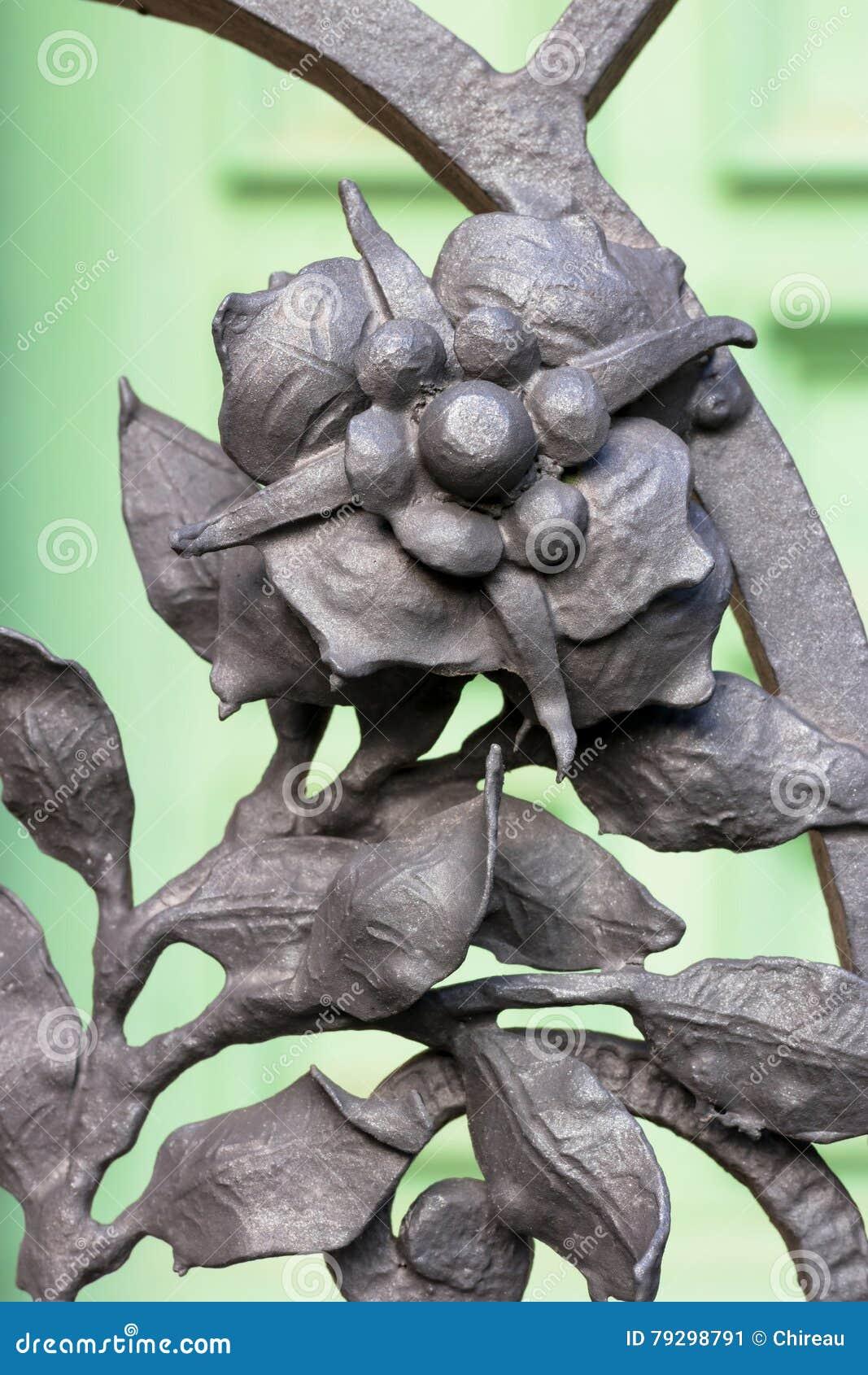 Schmiedeeisen - Florenelement als Dekorationsteil eines Zauns