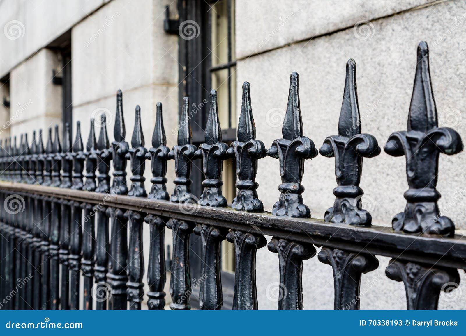 Schmiedeeisen Zaun Along Limestone Building Stockbild Bild
