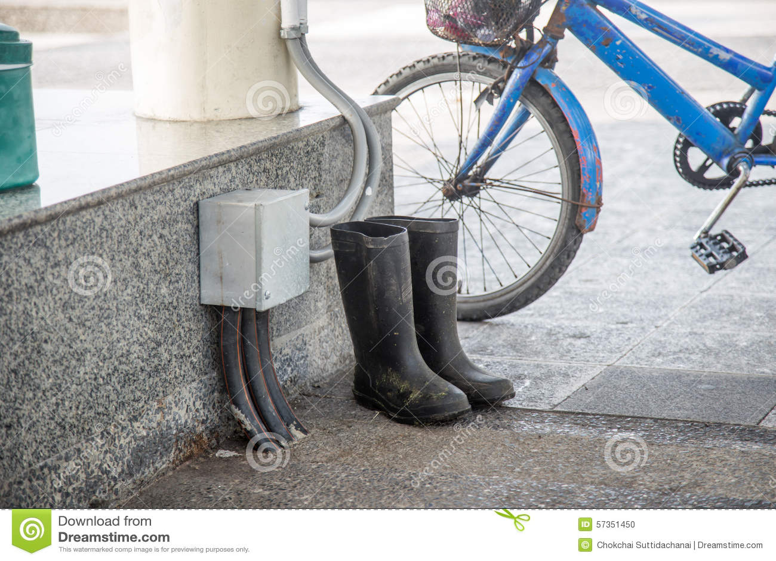 Fahrrad Gummistiefel Stockfoto Bild Altem Neben Schmutzige DHWYE9eI2