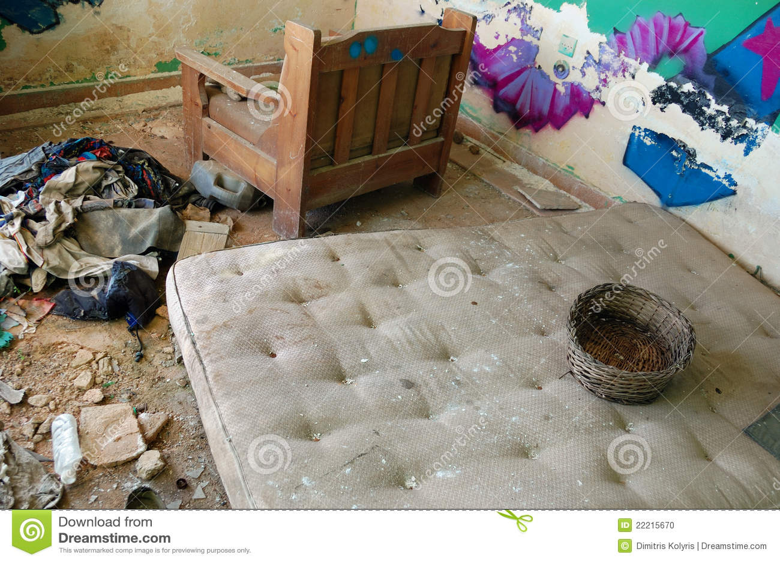 Schmutzige Matratze in verlassenem Haus