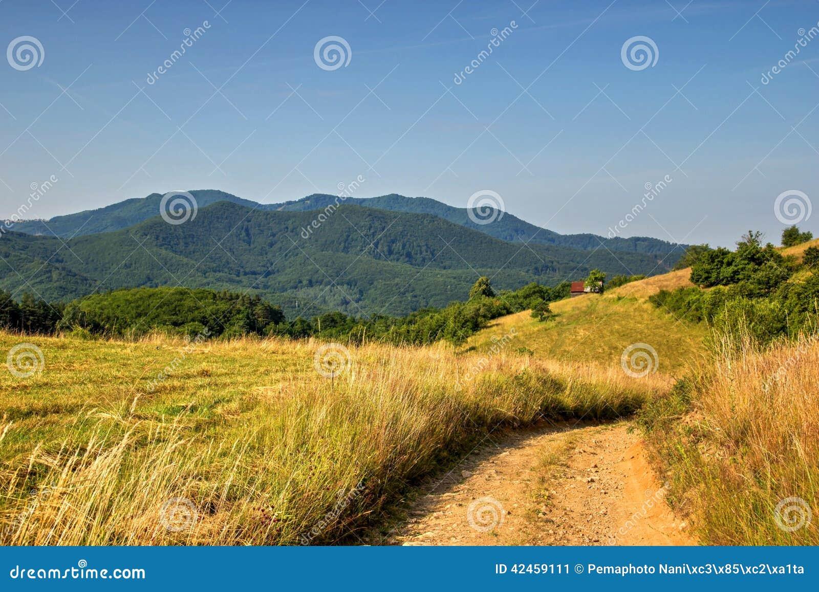 Schmutzige Straße auf Hügeln
