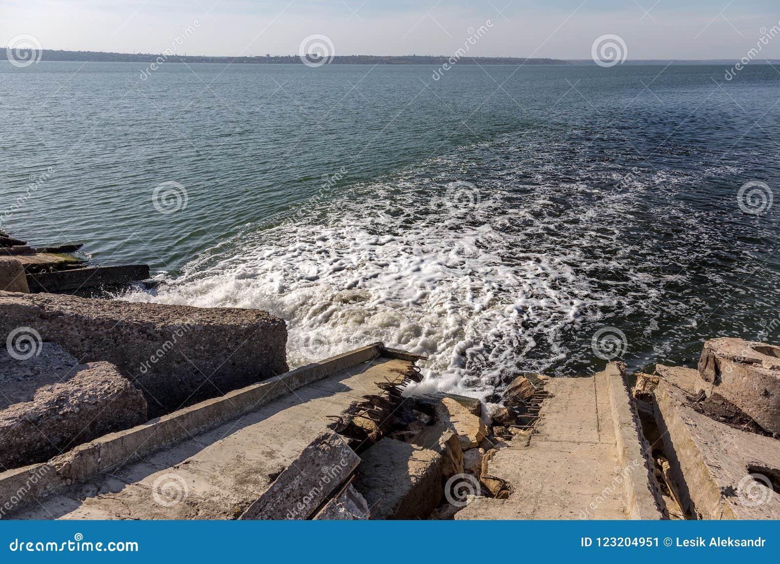Schmutziges Abwasser vom städtischen Abwasserkanal verschmelzen öffentlich in