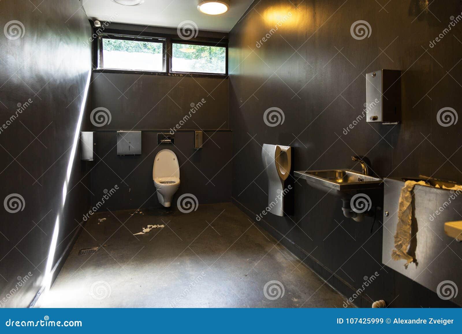 Schmutziges Badezimmer Browns Am Autogrill Stockbild - Bild von ...