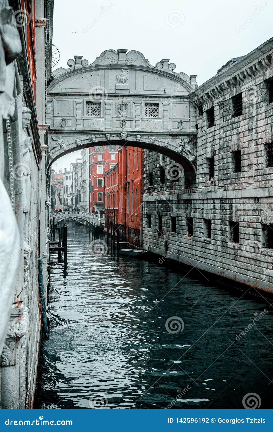 Schnappschuß der Brücke von Seufzern die alte Weise, dass Leute vor ewigem Gefängnis kreuzen