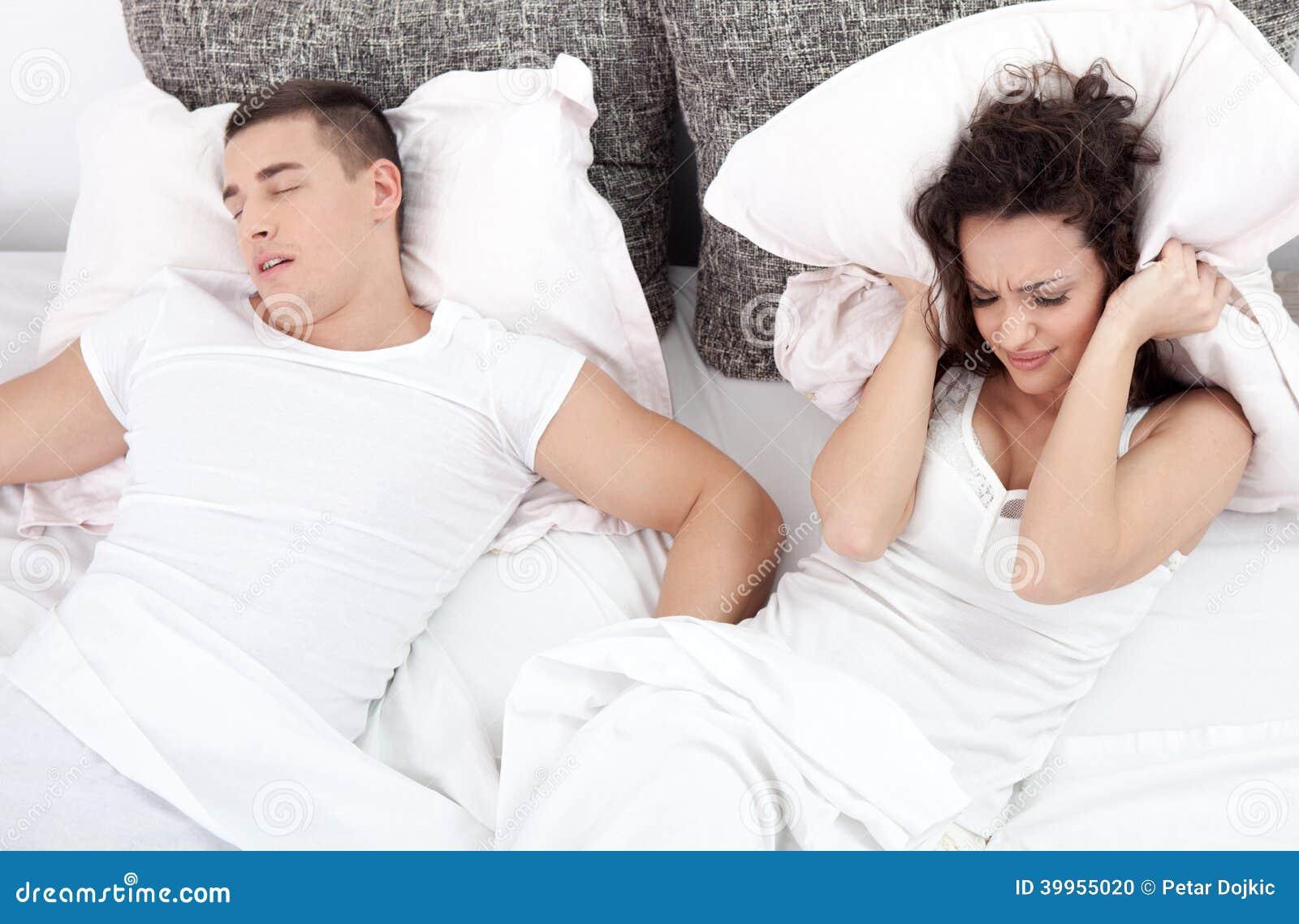 Schnarchender mann und junge frau paare die im bett for Bett schlafen