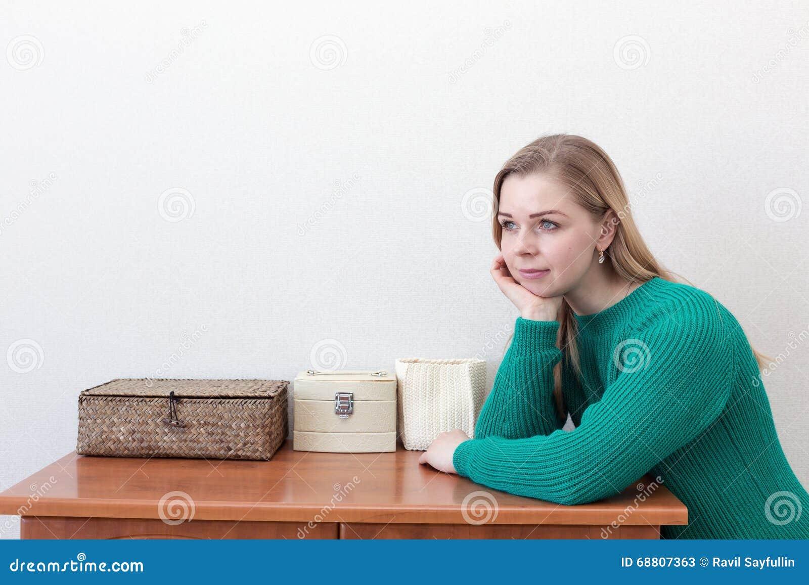 sch ne blondine die nahe kommode stehen stockfoto bild. Black Bedroom Furniture Sets. Home Design Ideas