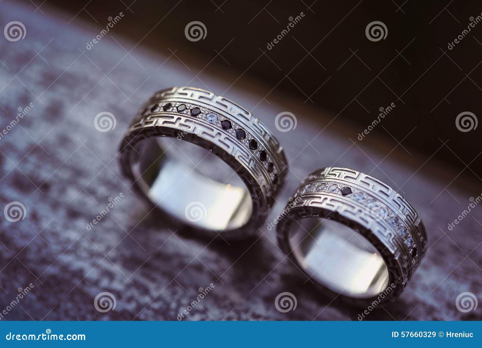 Schöne Eheringe Auf Holz Stockfoto - Bild: 57660329