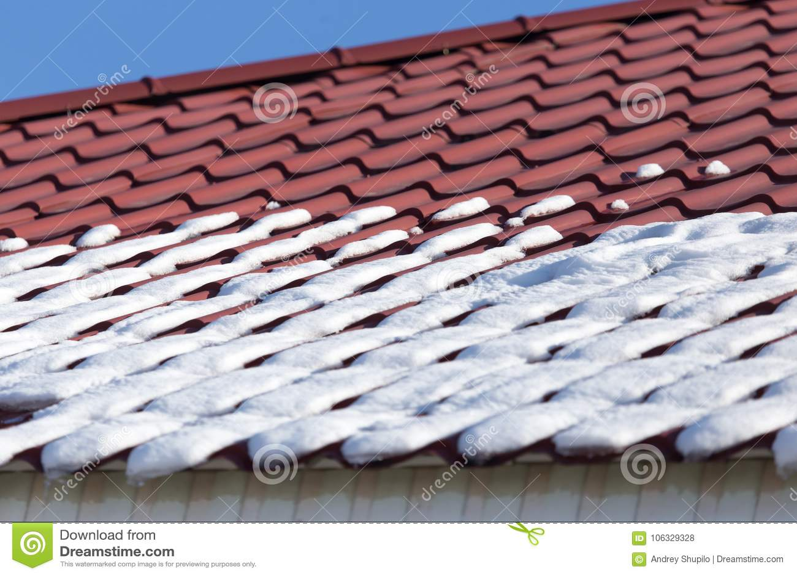 Schnee auf dem Dach