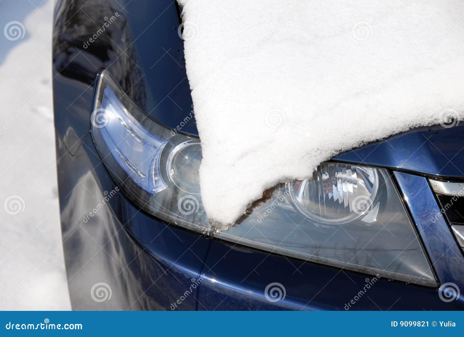 Schnee, der einen Scheinwerfer abdeckt