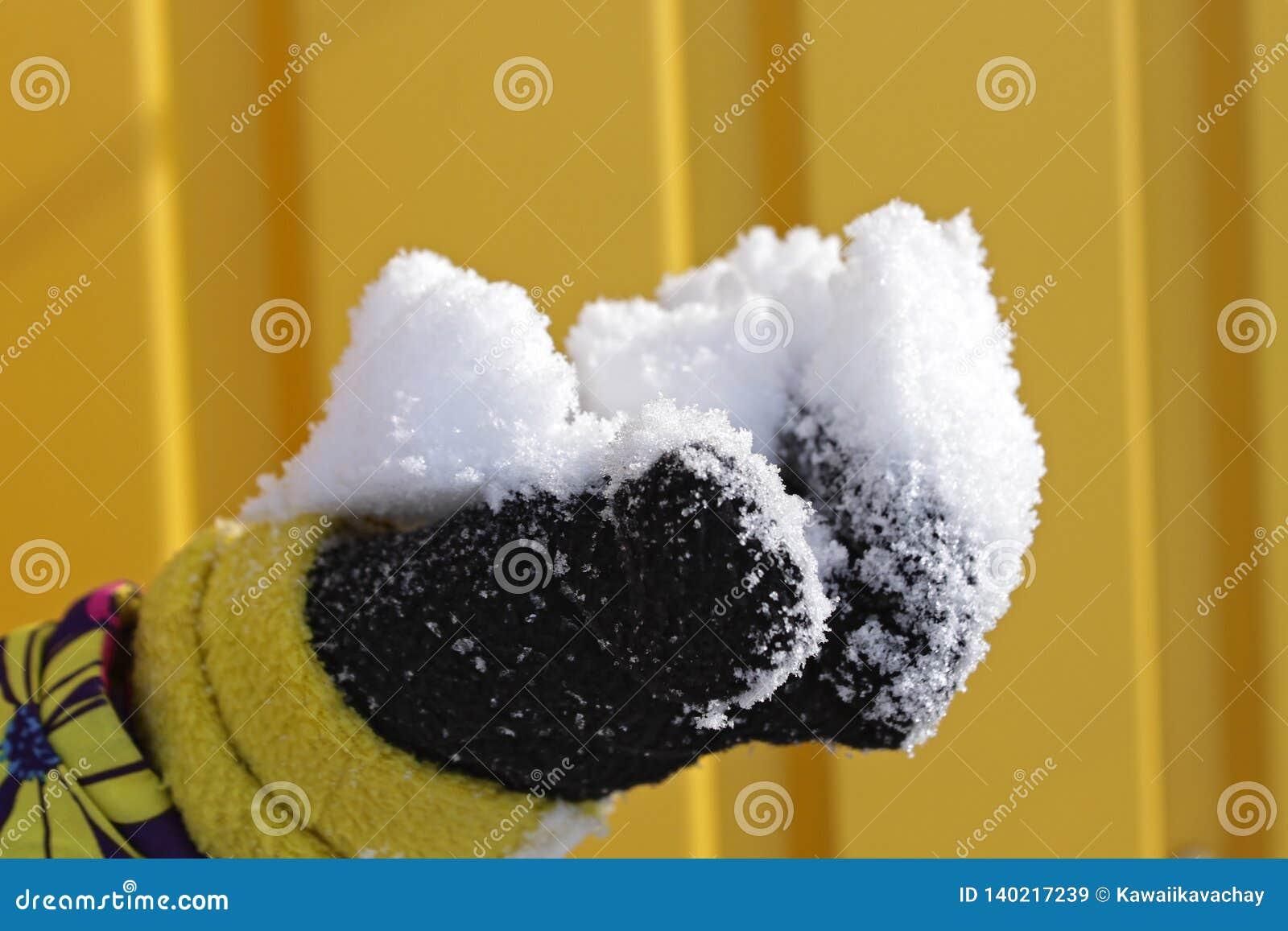 Schnee in der Hand der Kinder