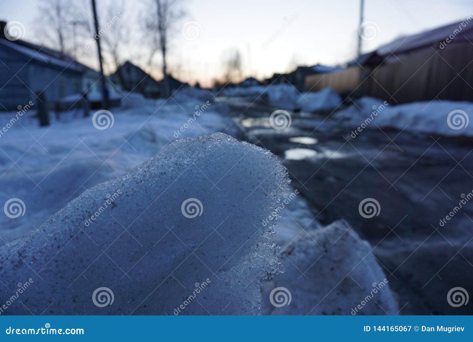 Schnee im russischen Dorf
