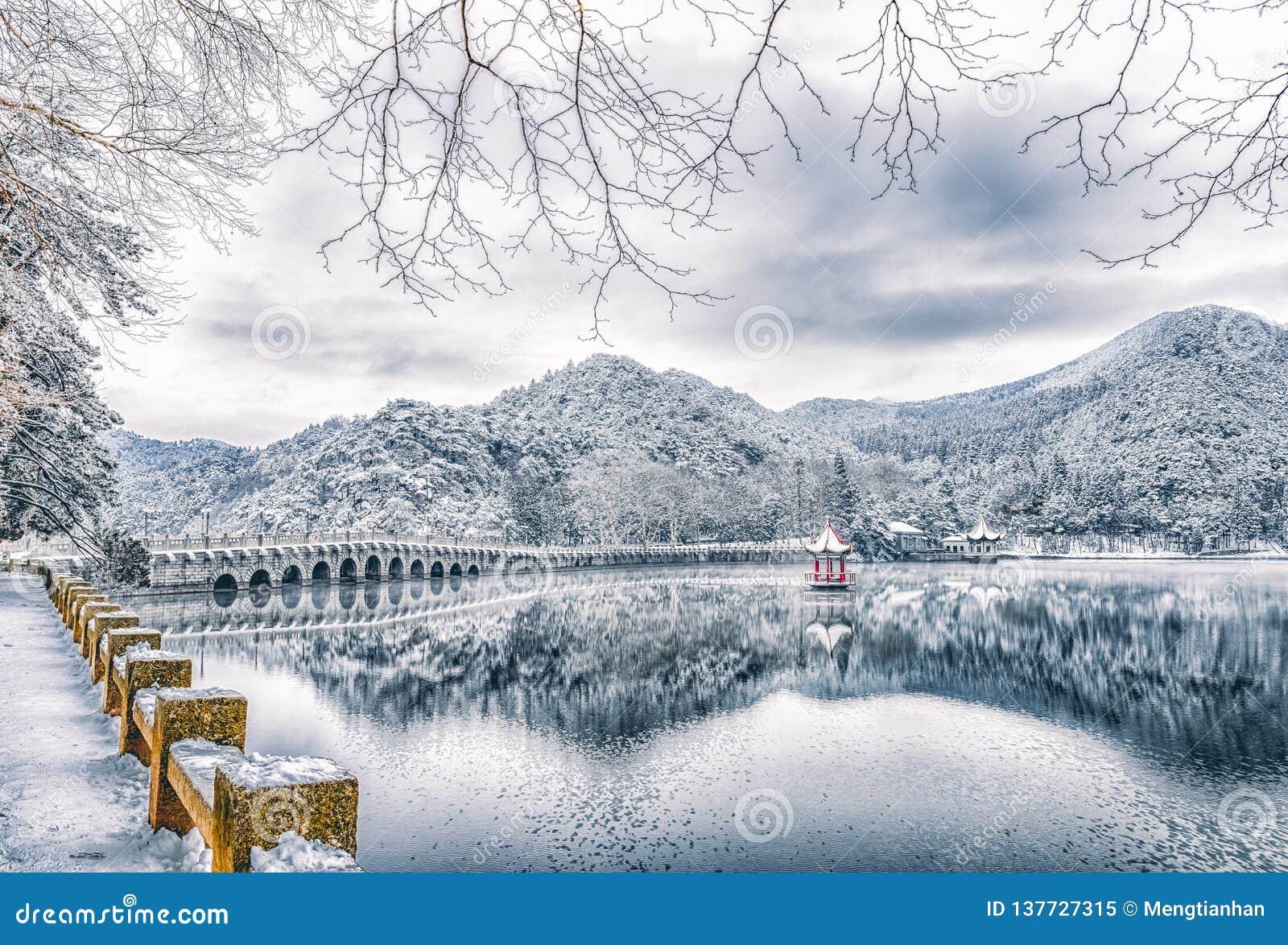 Schnee Lulin-See-Schneeszene im Berg Lu