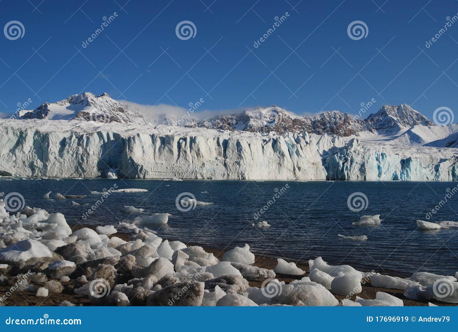 Schnee und Meer in den Svalbard-Inseln