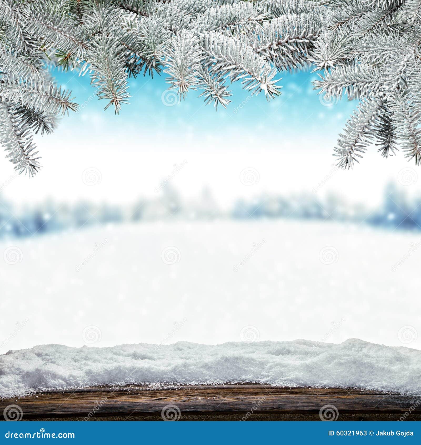 Schneebedeckter Hintergrund des Winters mit hölzernen Planken