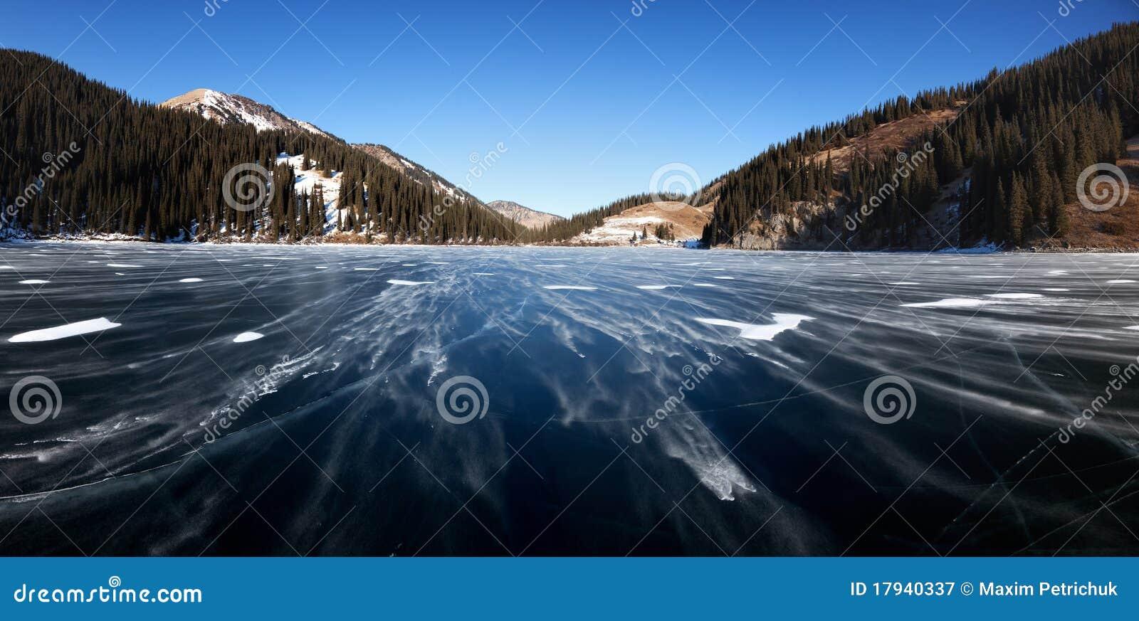 Schneeblizzard auf Gebirgssee