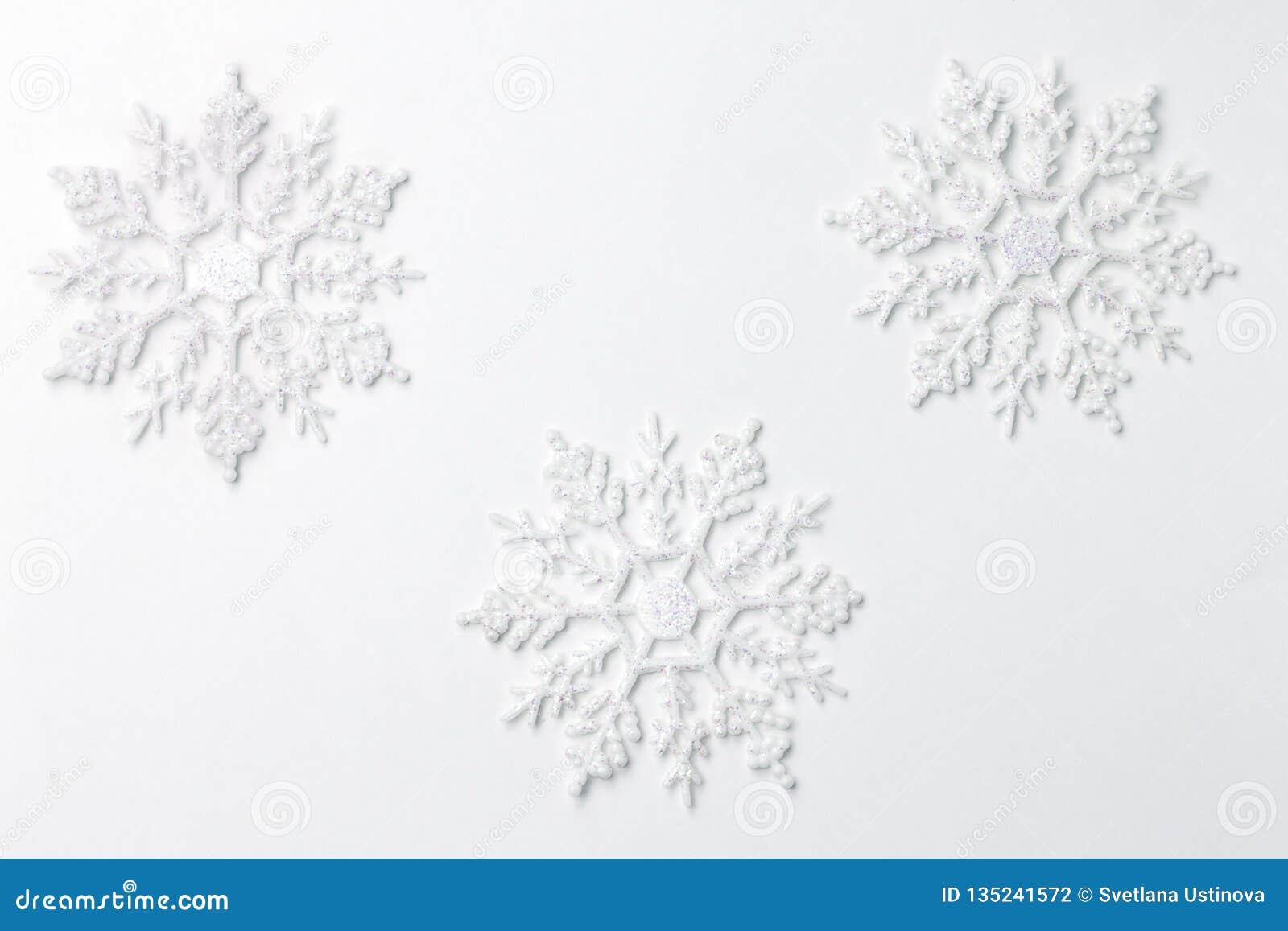 Schneeflockenverzierungsdekoration auf Weiß