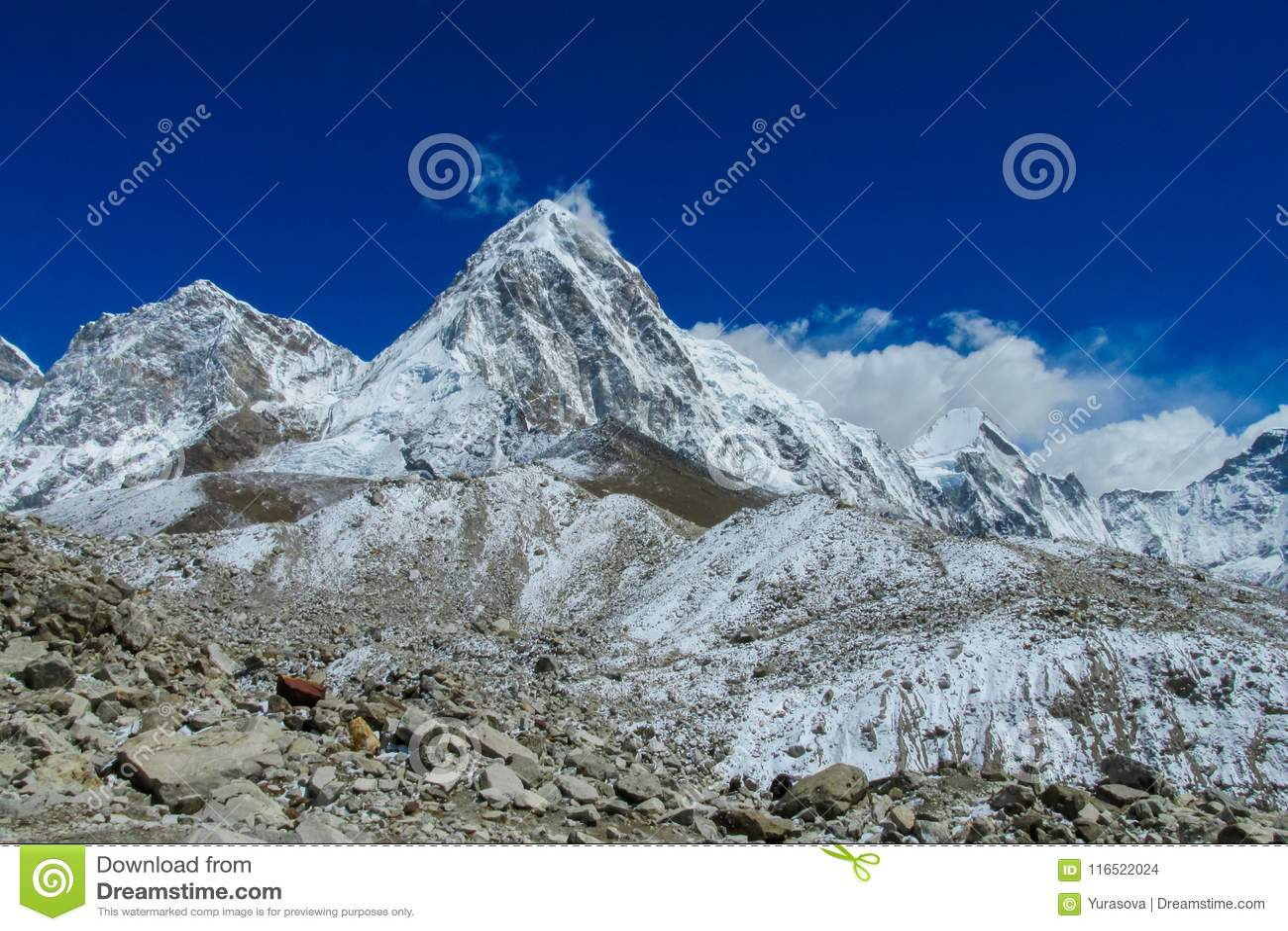 Schneegebirgstal am Trekking EBC niedrigen Lagers Everest in Nepal