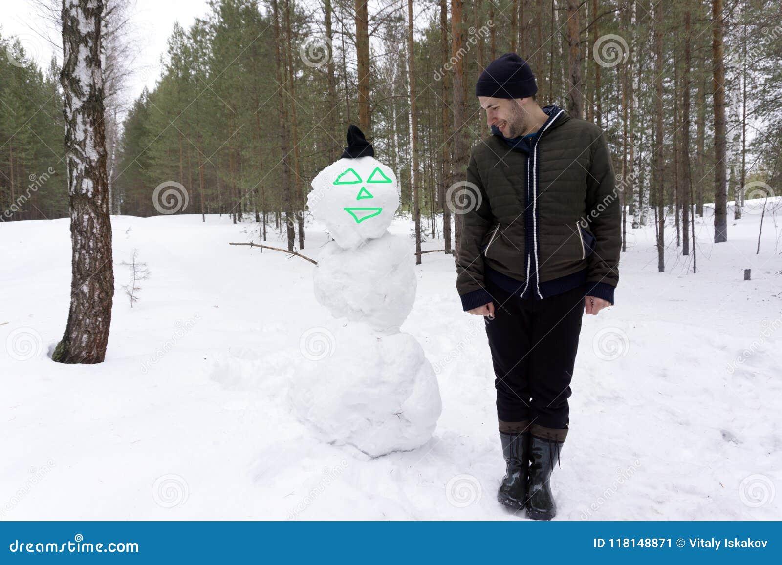 Schneekonzept Weihnachtsmann des neuen Jahres Weihnachtsmit Bart auf glücklichem Gesicht Weihnachtsfreizeit und -luftfahrt Schnee