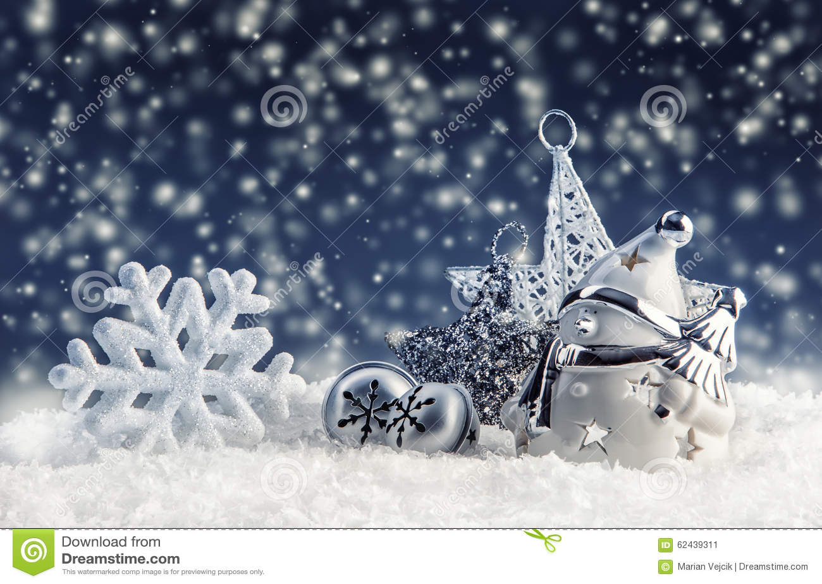 Schneemann mit Weihnachtsdekoration und -verzierungen - Klingelglocken spielen Schneeflocken in der schneebedeckten Atmosphäre di