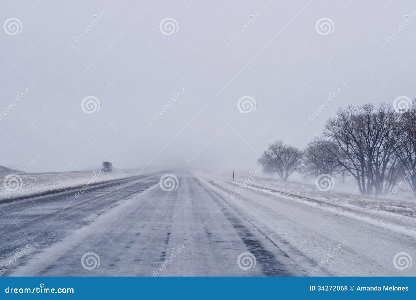 Schneepflug auf Landstraße