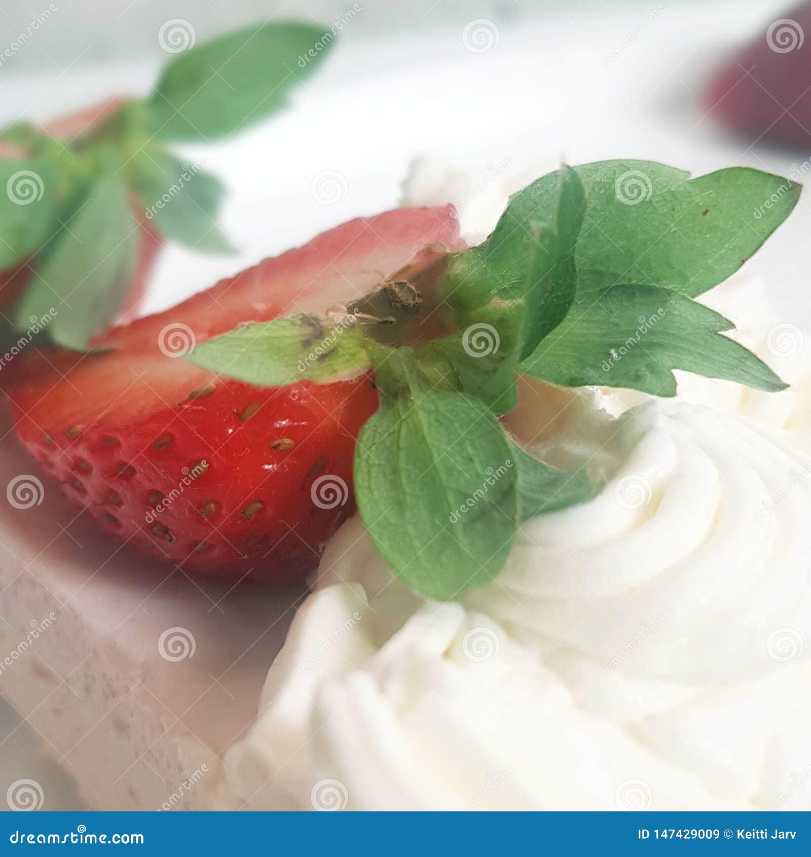 Schneiden Sie Erdbeere und Kuchen