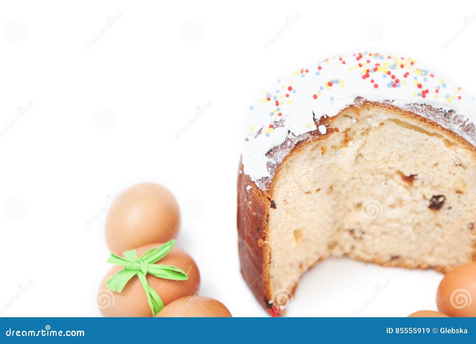 Schneiden Sie Kuchen und Zahl von Ostereiern auf weißem Hintergrund
