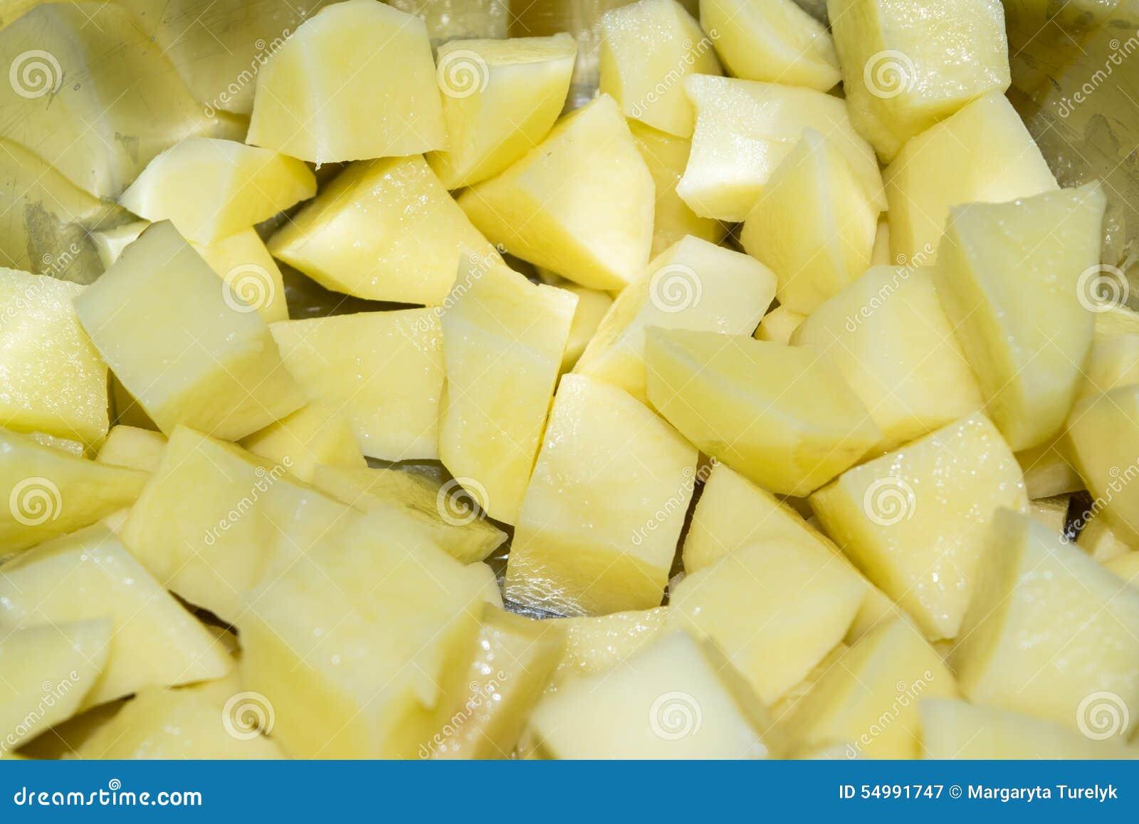 Schneiden Sie rohe Kartoffeln in einer Kasserolle