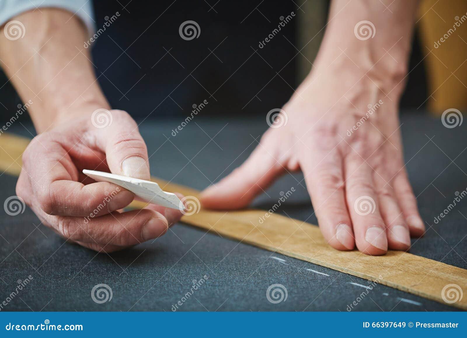 Schneiderhände mit Kreide