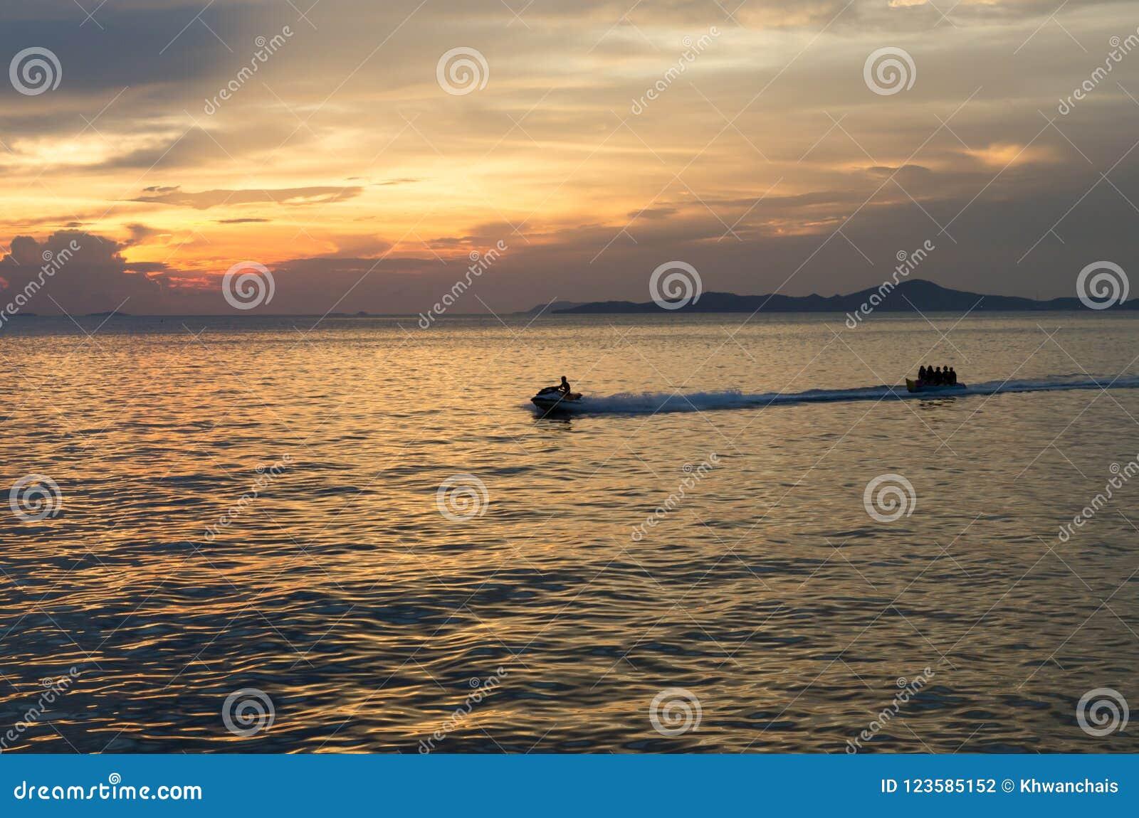 Schnellboot- und Bananenboot in das Meer