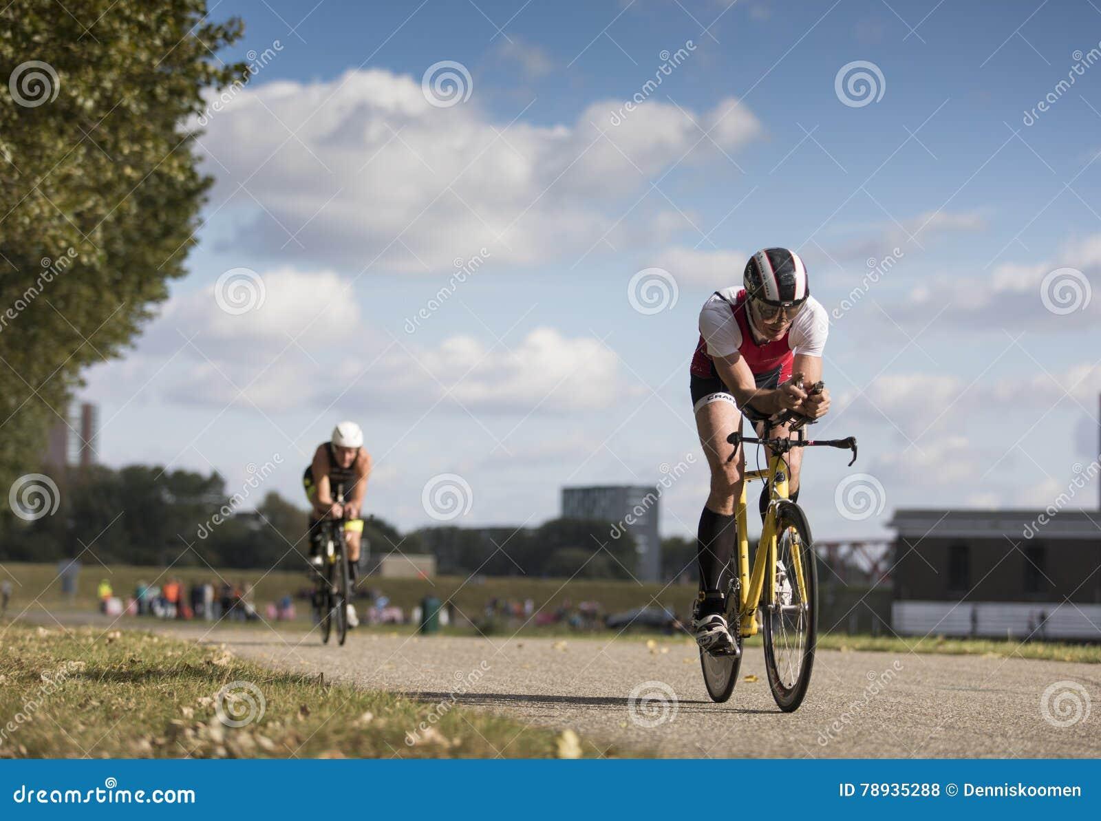 Schneller Radfahrer in einer Zeitfahrenposition