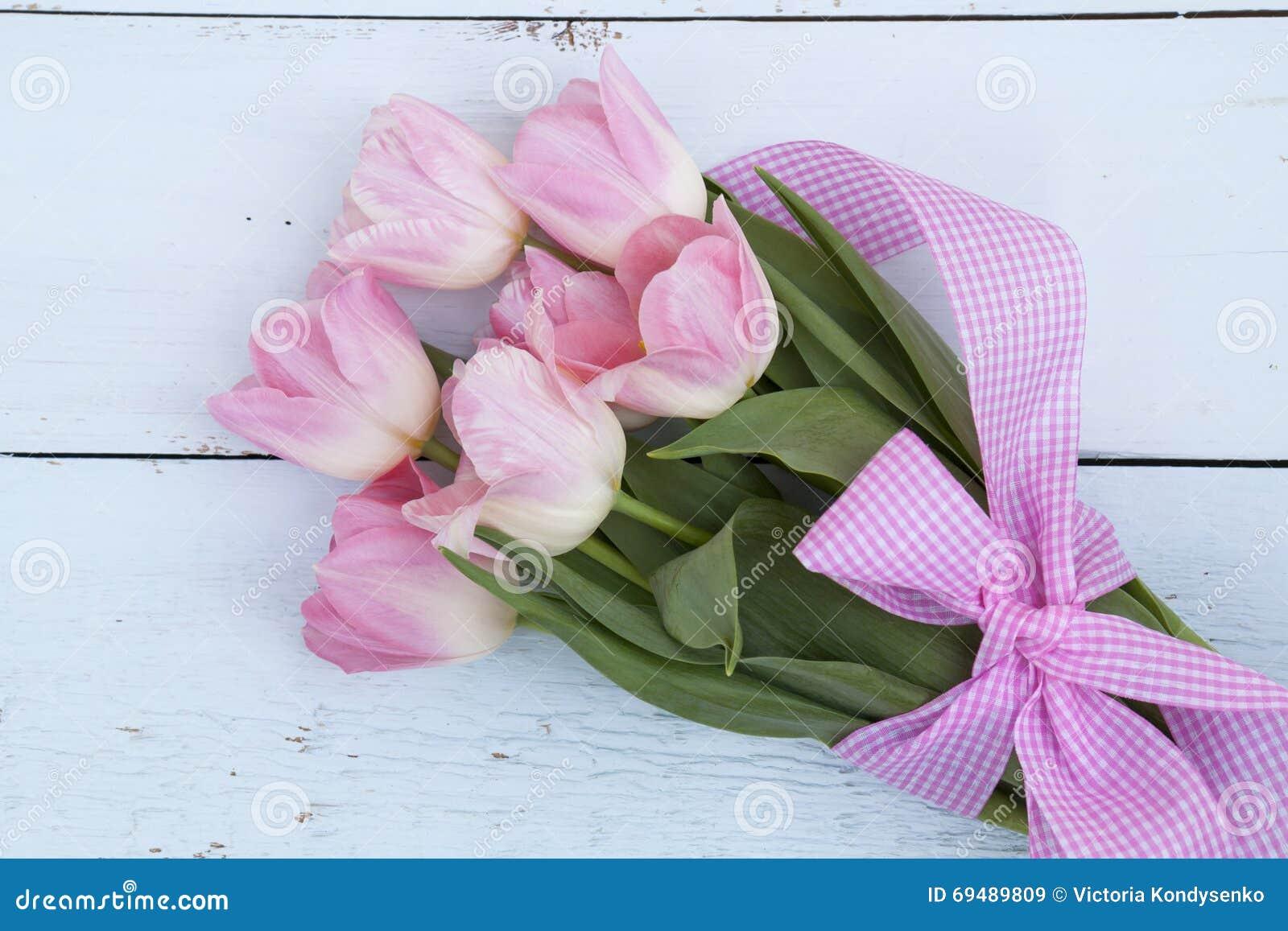 sch ner blumenstrau der rosafarbenen tulpen stockfoto bild 69489809. Black Bedroom Furniture Sets. Home Design Ideas