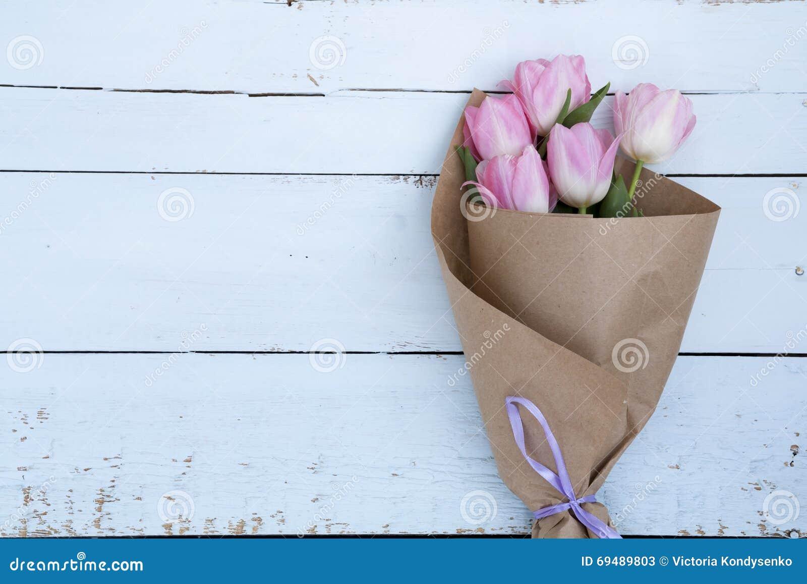 sch ner blumenstrau von rosa tulpen im papier stockfoto. Black Bedroom Furniture Sets. Home Design Ideas