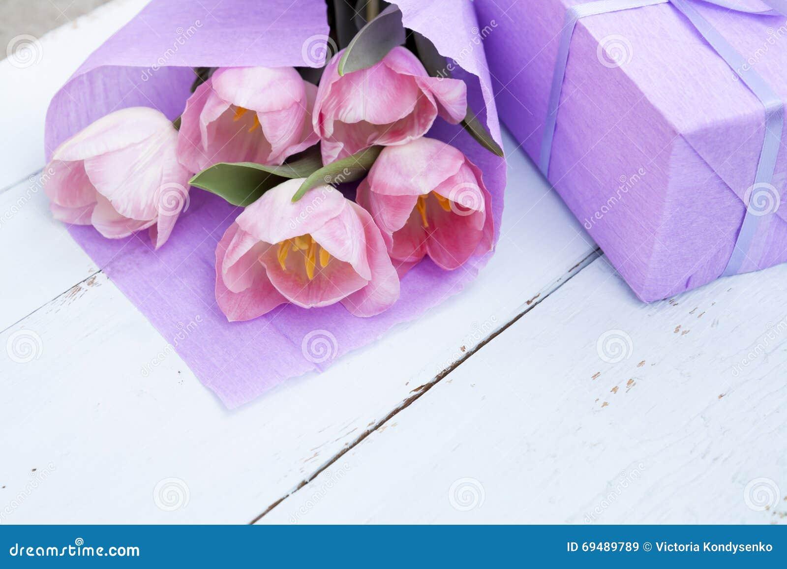 sch ner blumenstrau von rosa tulpen im violetten papier. Black Bedroom Furniture Sets. Home Design Ideas