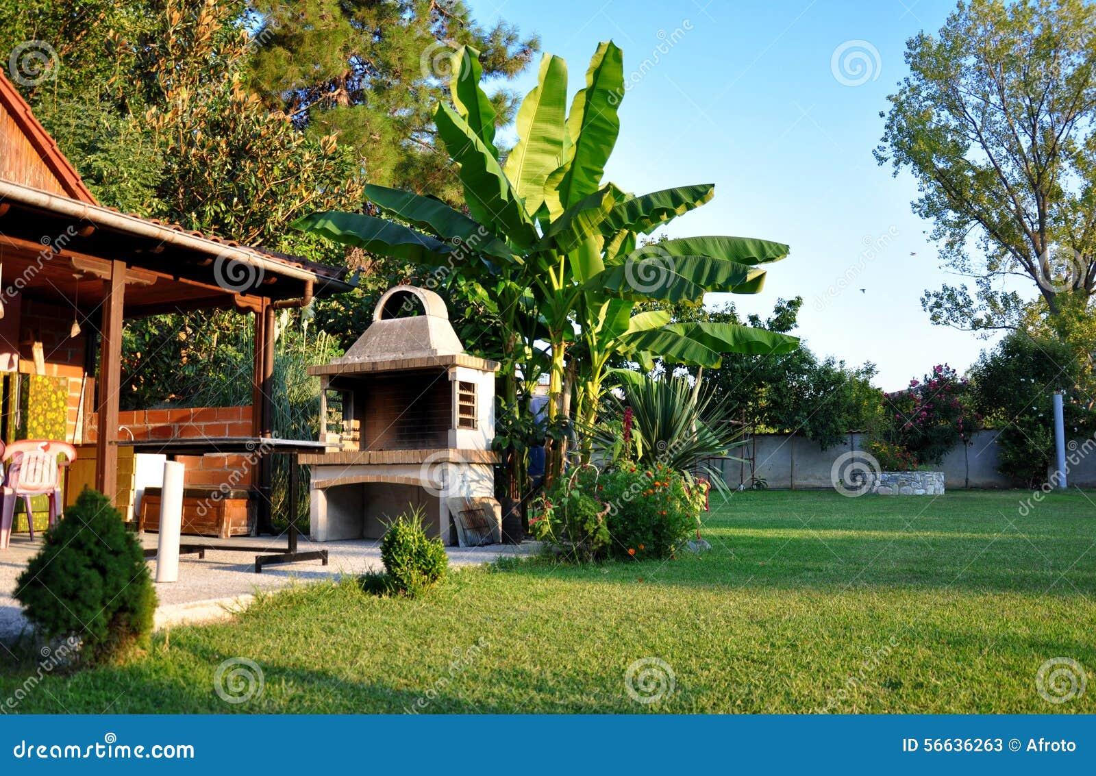 sch ner garten mit grill stockfoto bild 56636263. Black Bedroom Furniture Sets. Home Design Ideas