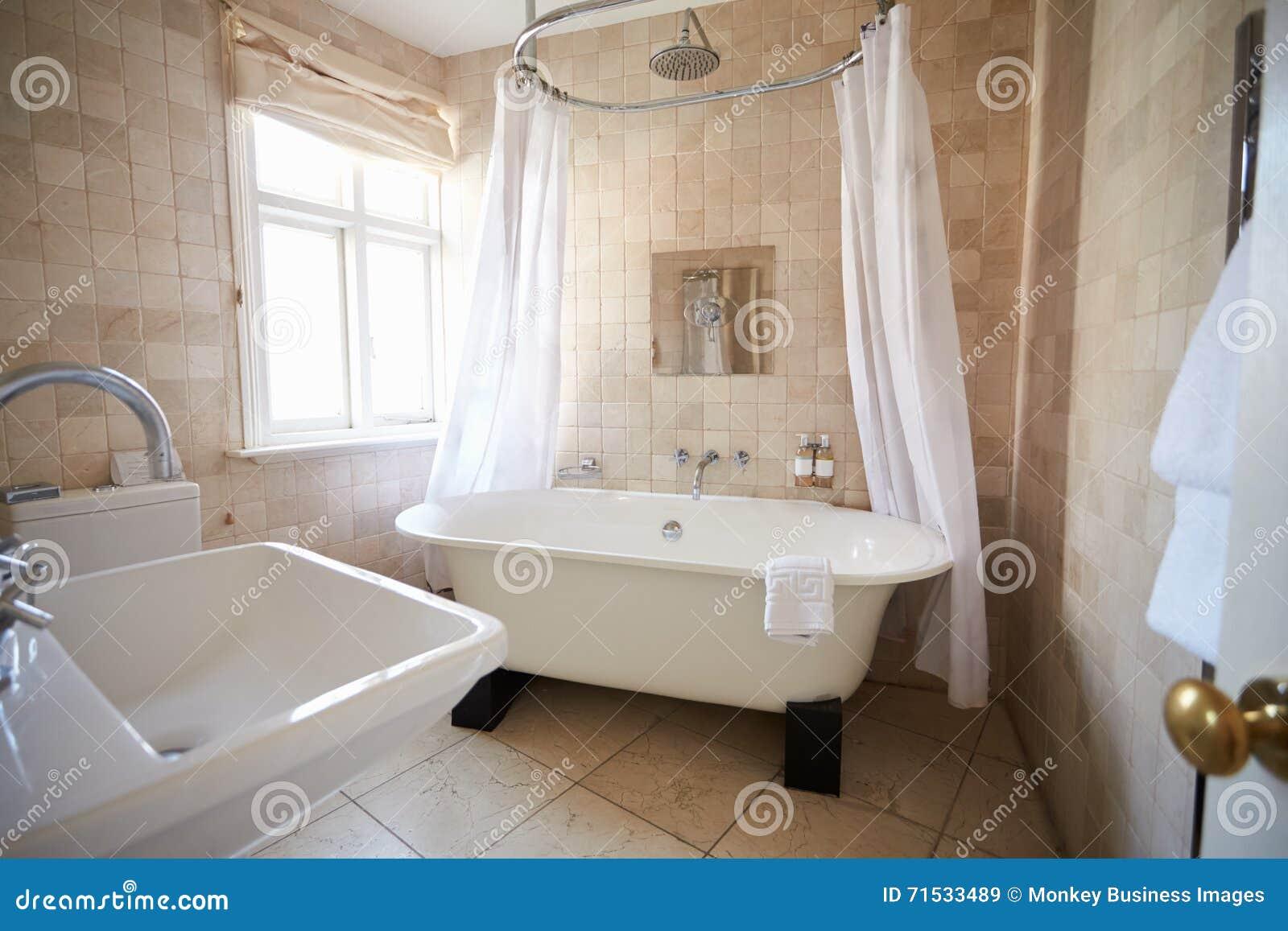 schönes badezimmer mit freiem stehendem bad und dusche stockfoto