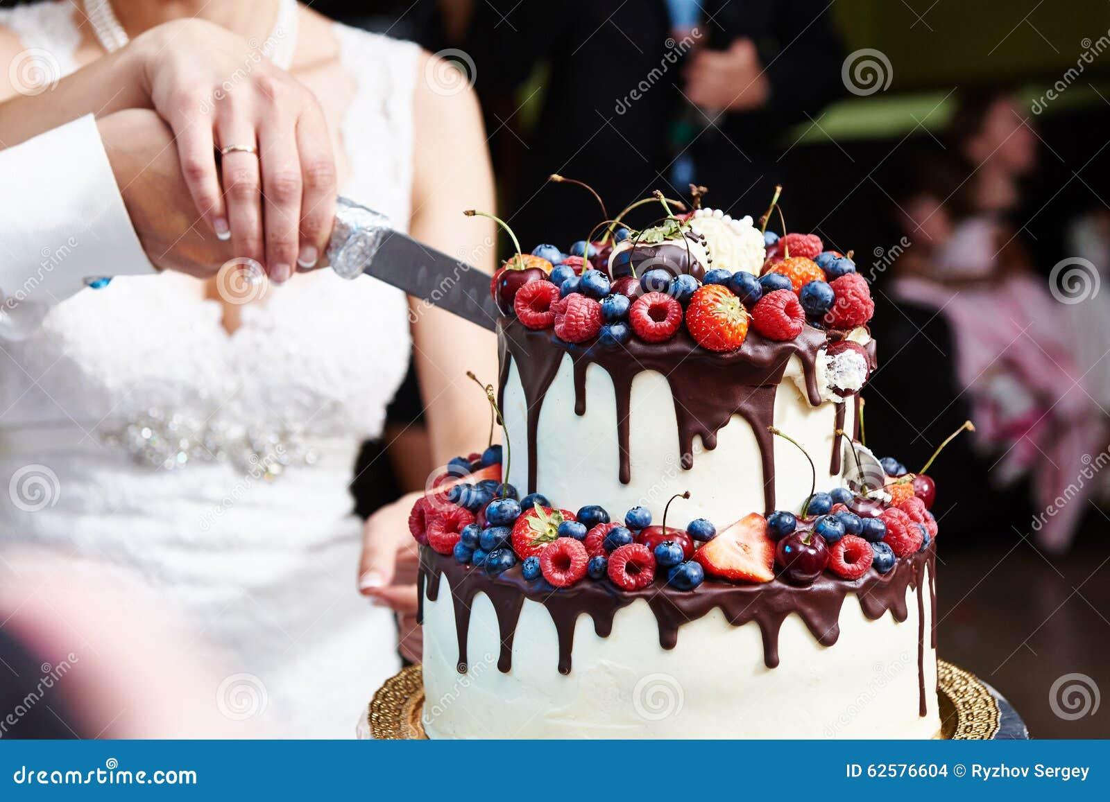 Schnitt Der Hochzeitstorte Mit Beeren Stockfoto Bild Von Himbeeren