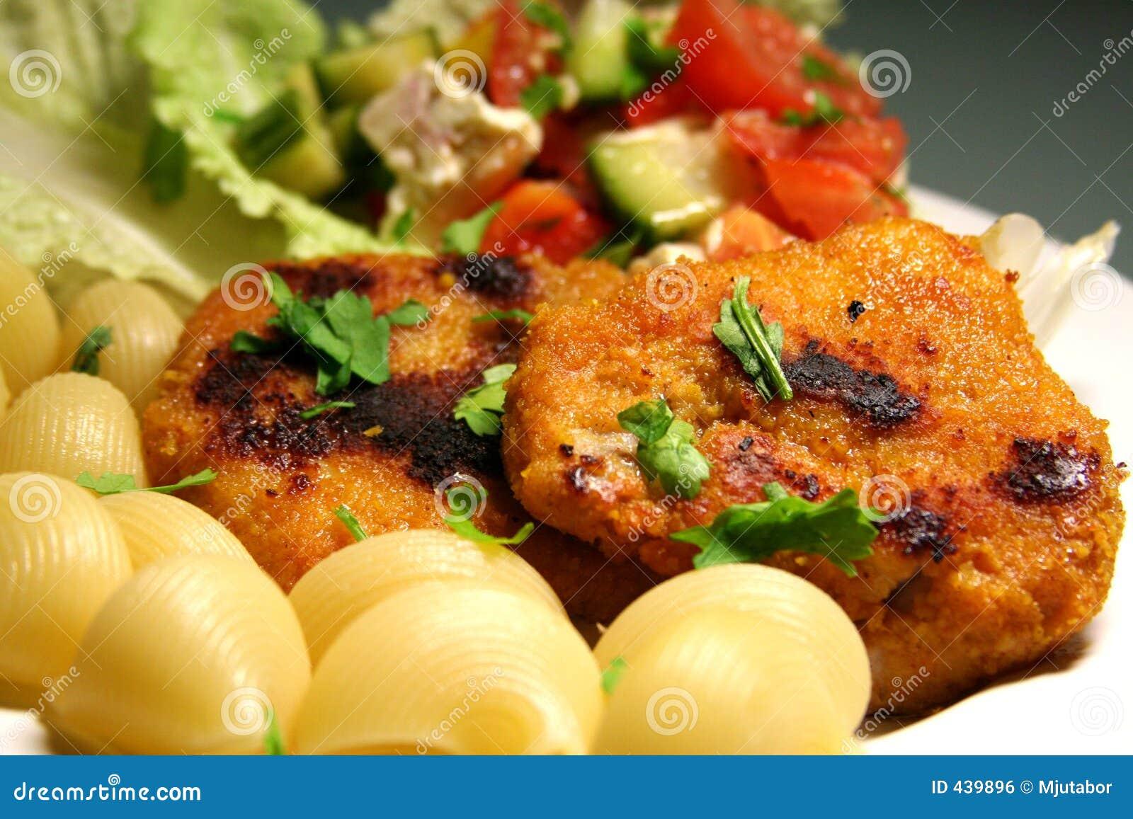 Schnitzel avec les pâtes et la salade