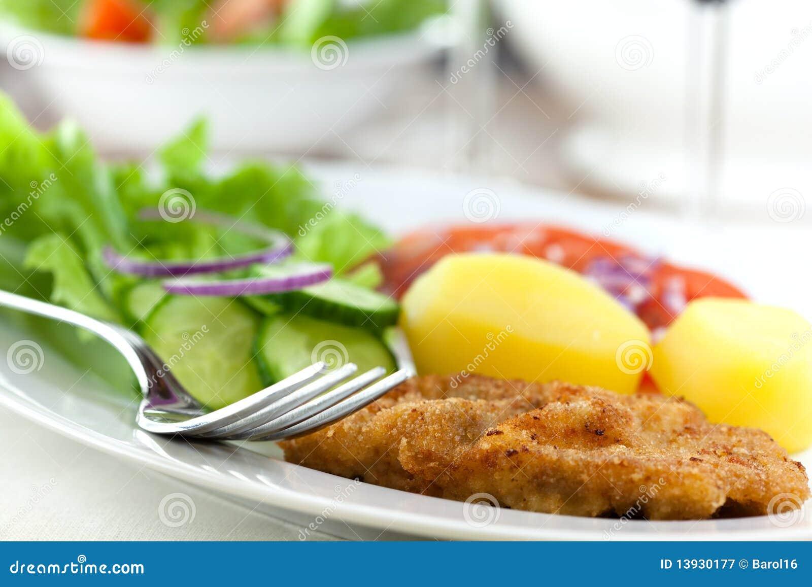 schnitzel mit kartoffeln und salat lizenzfreie stockfotografie bild 13930177. Black Bedroom Furniture Sets. Home Design Ideas