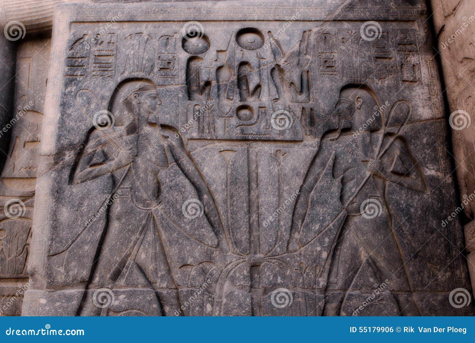 Schnitzen von Hieroglyphen im Tempel in Ägypten