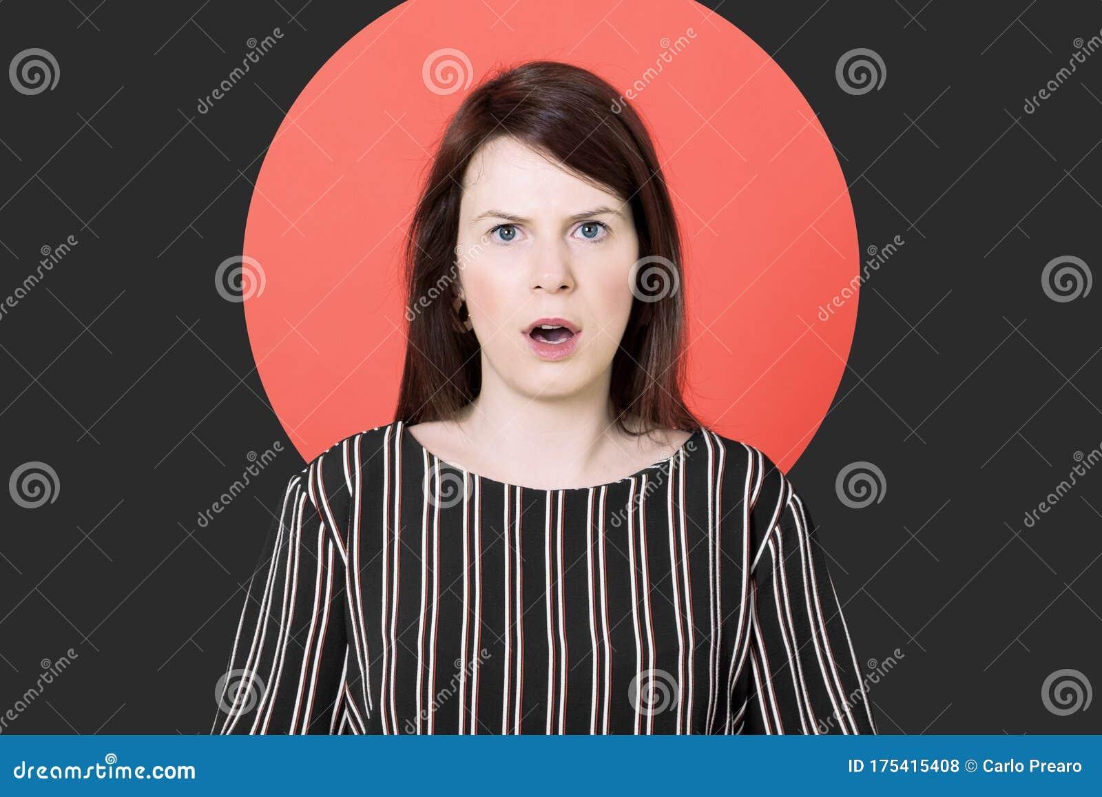 Schockierte Junge Frau Mit Mund Und Augen Offen In Rotem