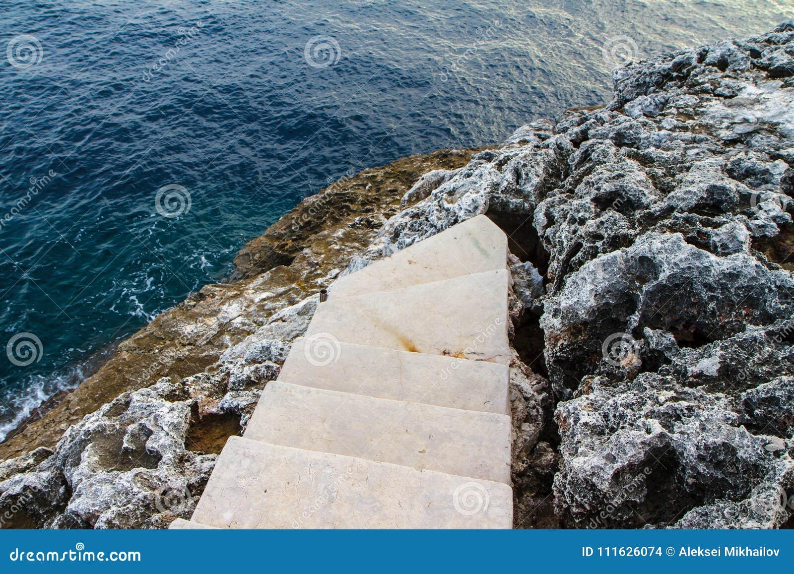 Schodki Śródziemnomorskiego, skalistego brzeg boczny widok, Mallorca, Hiszpania