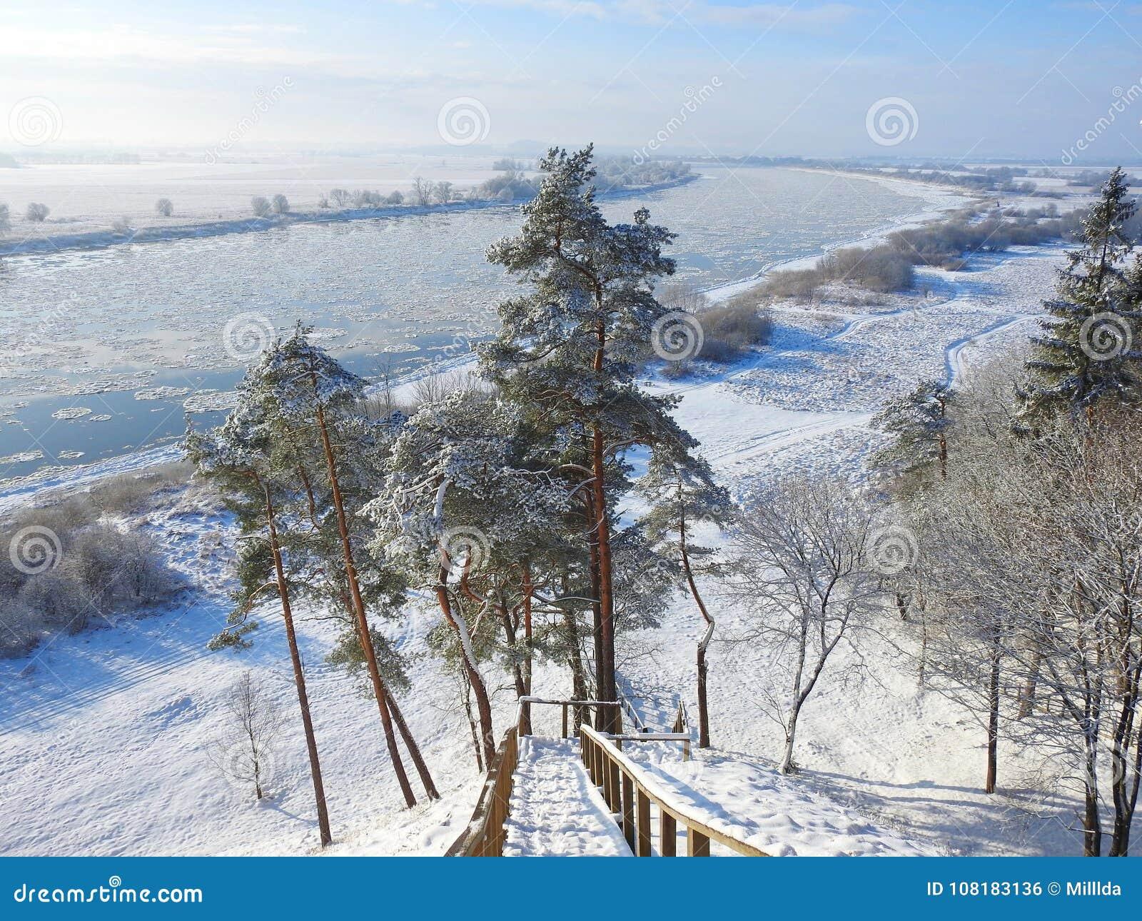 Schodki iść od wzgórza Nemunas rzeka, Lithuania