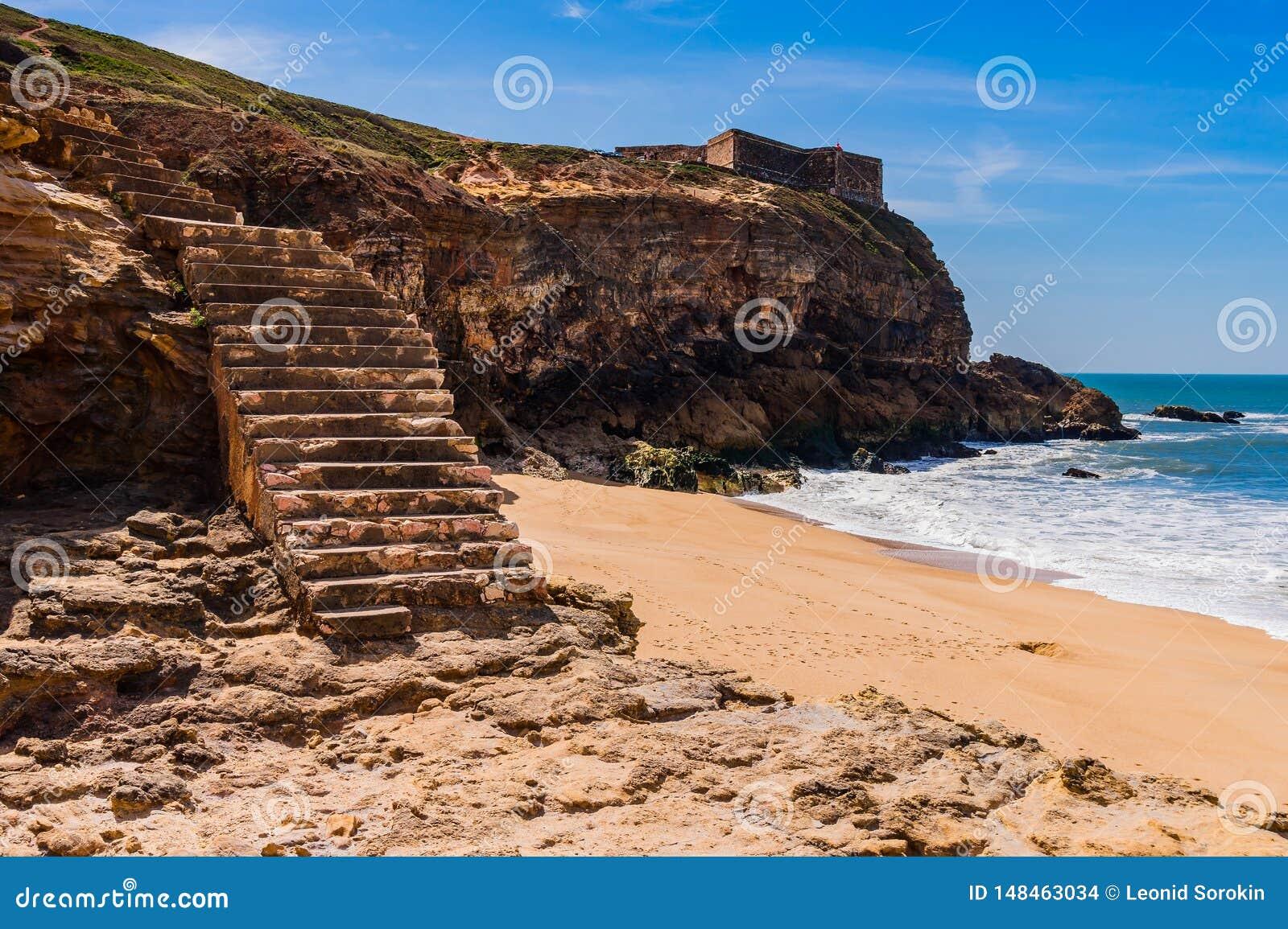 Schodki pla?a Atlantycki ocean w Nazare w Portugalia