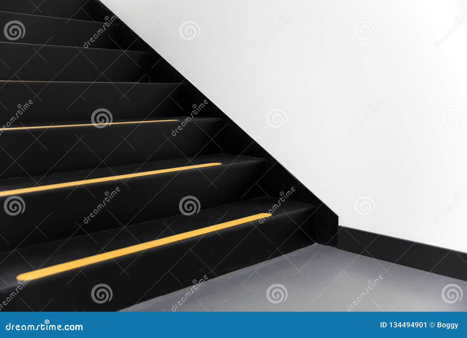 Schodki z żółtą linią