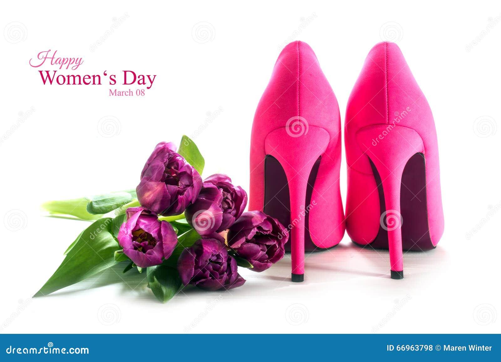 Schoenen en de tulpen van de dames de roze hoge hiel op wit, voor lo