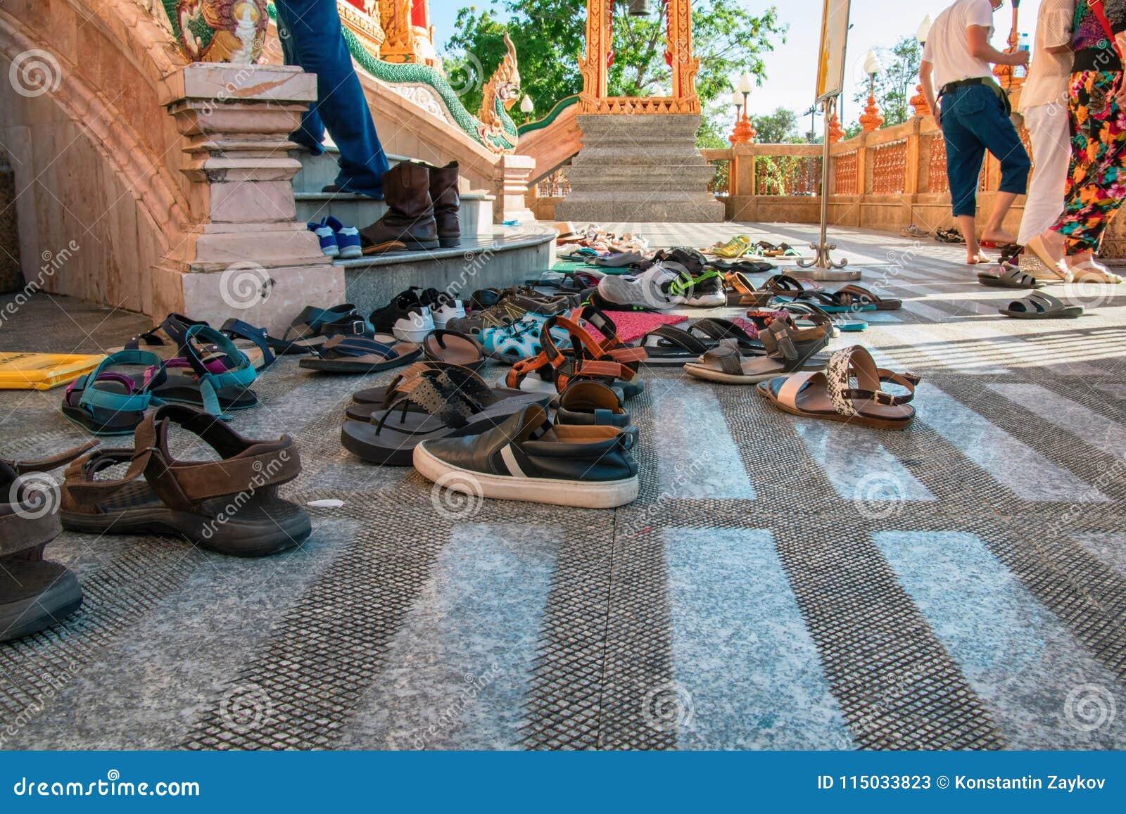 Schoenen verlaten bij de ingang aan de Boeddhistische tempel Concept het waarnemen van tradities, tolerantie, dankbaarheid en eer