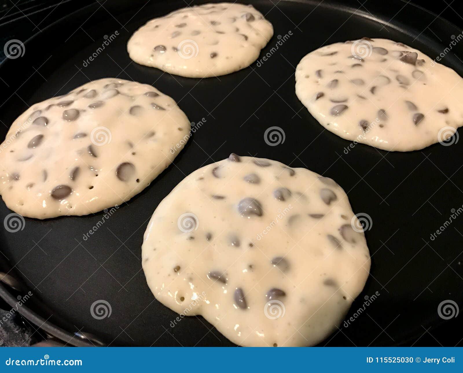 Schokolade Chip Pancakes auf dem Bratpfanne