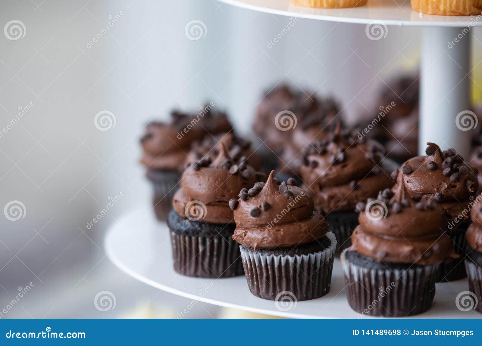 Schokoladen-kleine Kuchen mit dem Bereifen