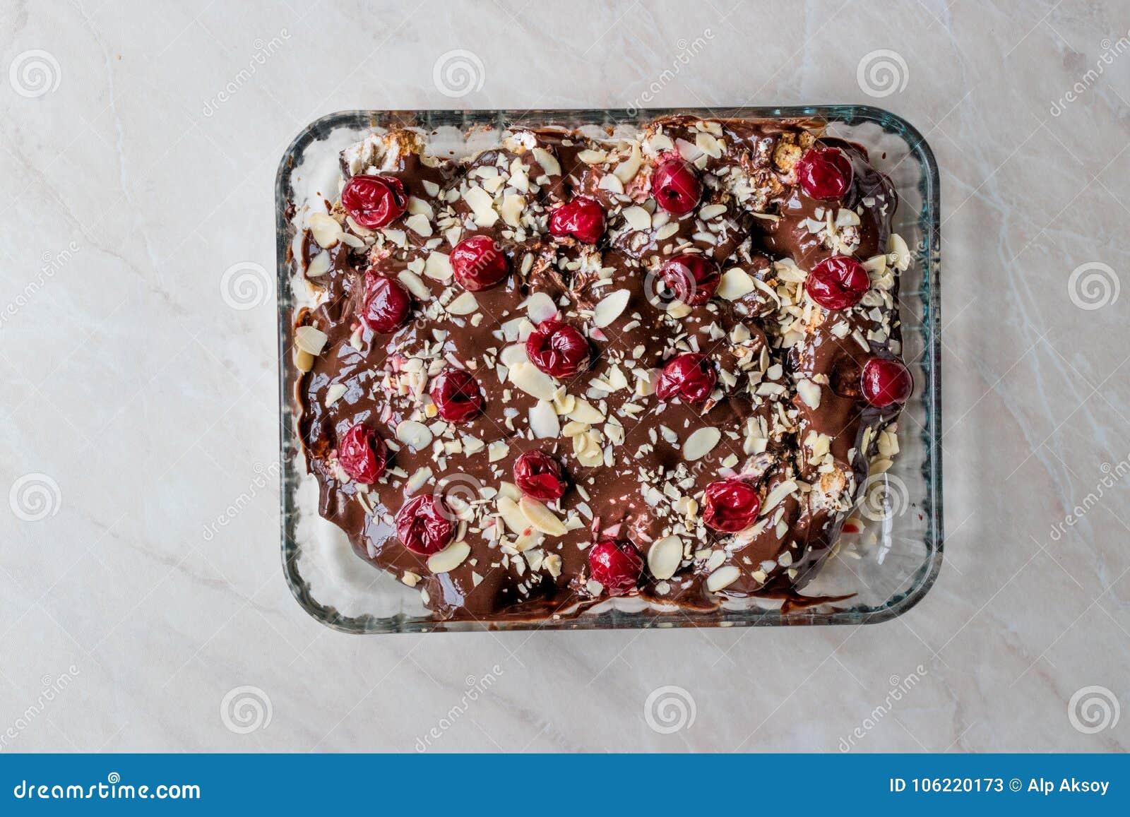 Schokoladen Pudding Kuchen Mit Kirschen Mandel Scheiben Und Keksen